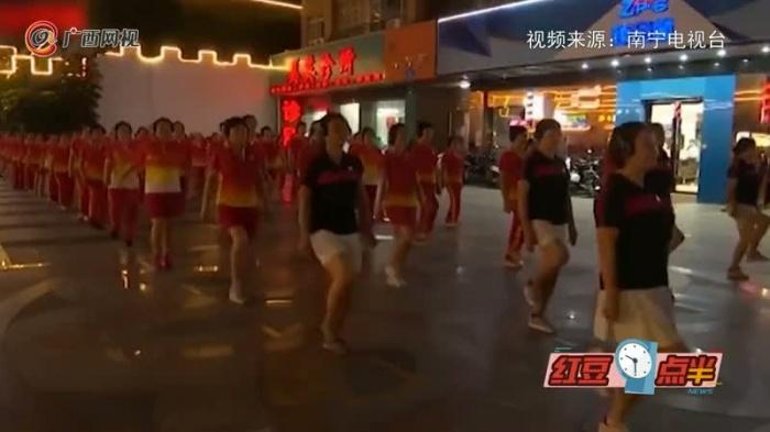 真稀奇!南宁大妈组团跳另类广场舞