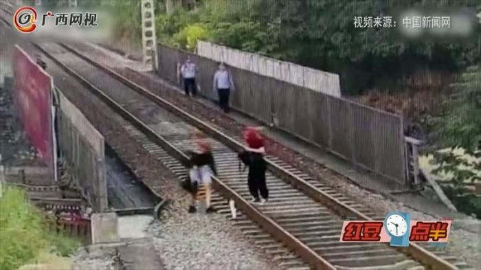广西两名18岁女孩坐铁轨拍照
