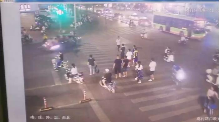 南宁东葛葛村路口交通事故监控画面