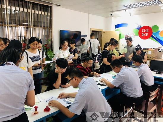 南宁市区联社挺进校园开展缴费服务工作