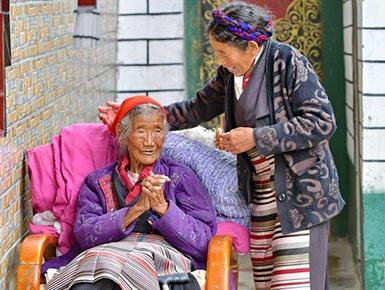西藏108岁老人索朗卓玛一家三代人脱贫记