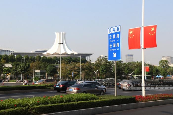 高清:迎接国庆 喜庆元素遍布南宁各大街道