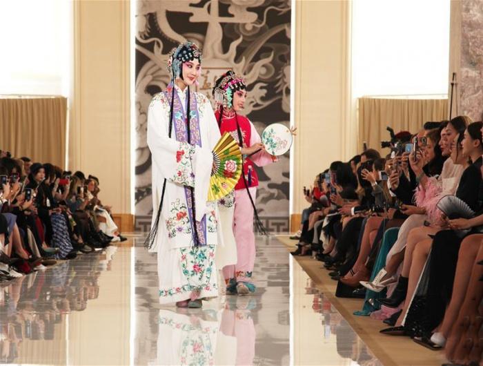 中国高级时装秀亮相巴黎