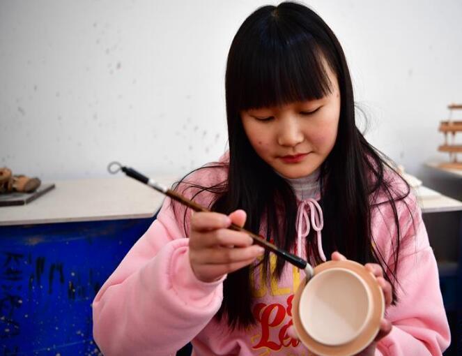 河南汝州:汝瓷车间生产忙