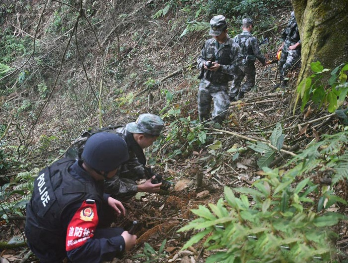 廣西:邊境驚現手雷 軍警聯手消除隱患