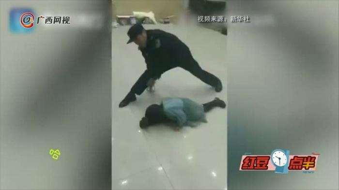 暖心!警察叔叔哄娃吃飯陪練舞蹈