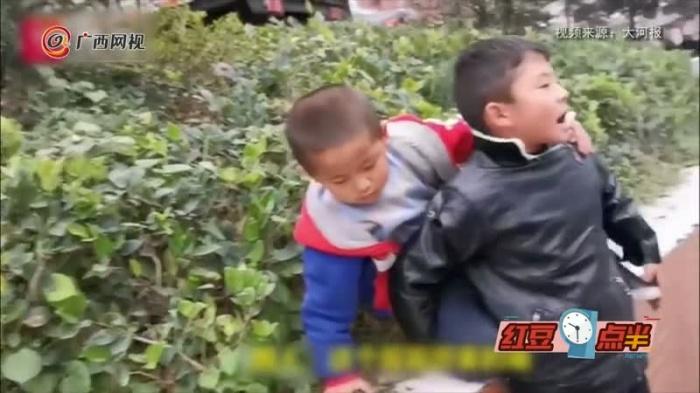 8歲男孩一路喘氣背犯困弟弟回家
