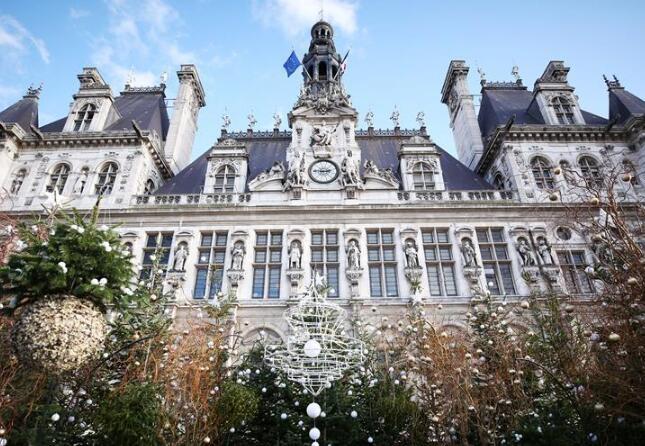 """巴黎:市政廳前的圣誕""""樹林"""""""