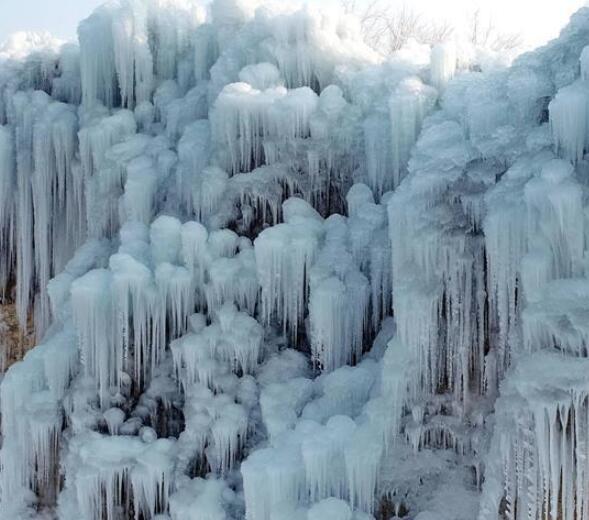 河北平山冰瀑美