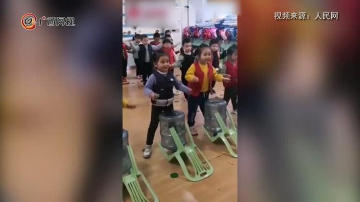 幼儿园小朋友用矿泉水桶组乐队走红