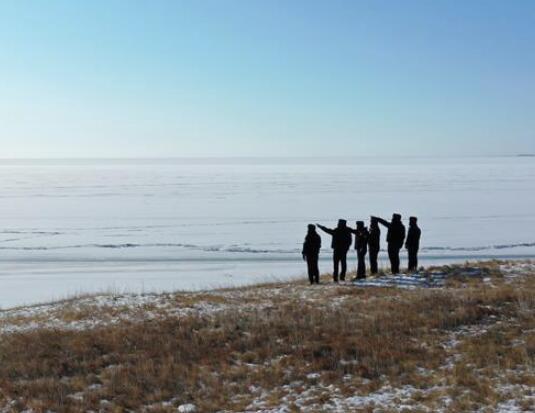 一群人守着一块冰