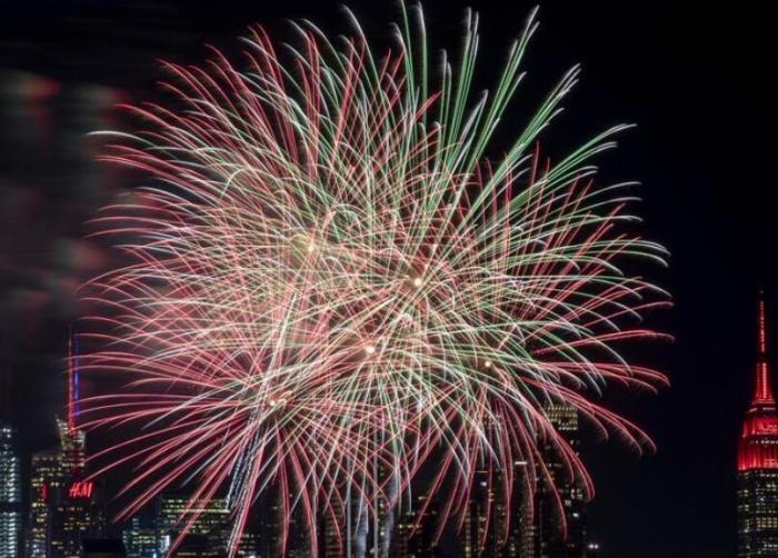纽约燃放焰火庆祝中国农历新年