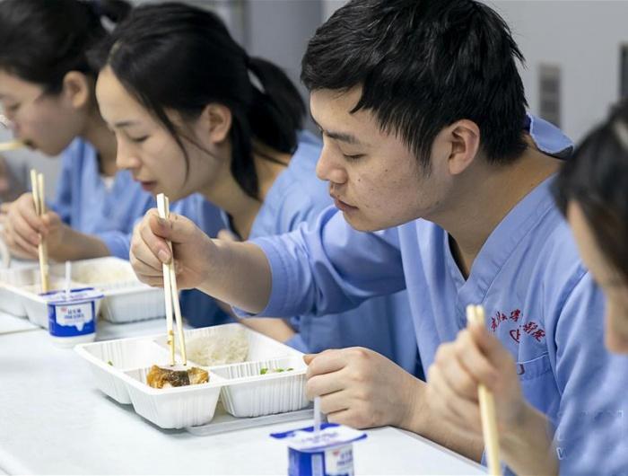 武汉:医护人员的年夜饭