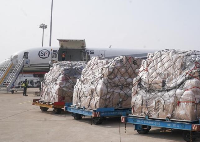 武汉机场保障援助防疫物资见闻