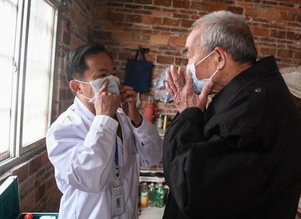 忙碌在防疫一线的乡村医生