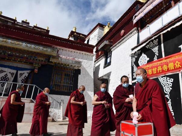 拉萨各寺庙僧人为疫区祈福捐款