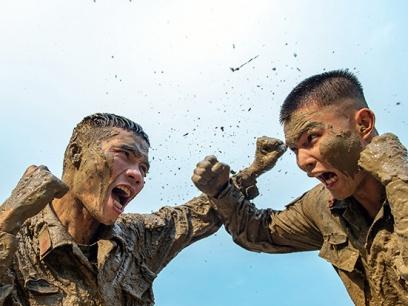 广西崇左:武警官兵泥潭训练砺血性(组图)