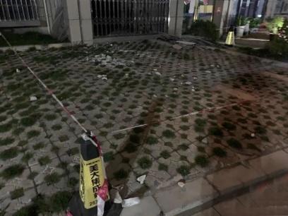 吓人!30多人在小区楼下开会,突掉下数十块水泥块