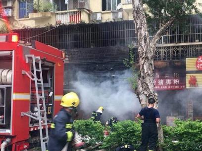 南宁一临街铺面发生火灾,楼上住户紧急逃生
