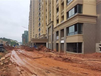 廣西一樓盤到處坑坑洼洼 開發商卻通知業主收房
