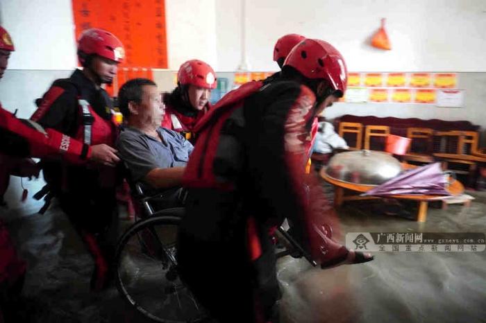 暴雨骤降致严重内涝 贵港消防紧急转移3名老人