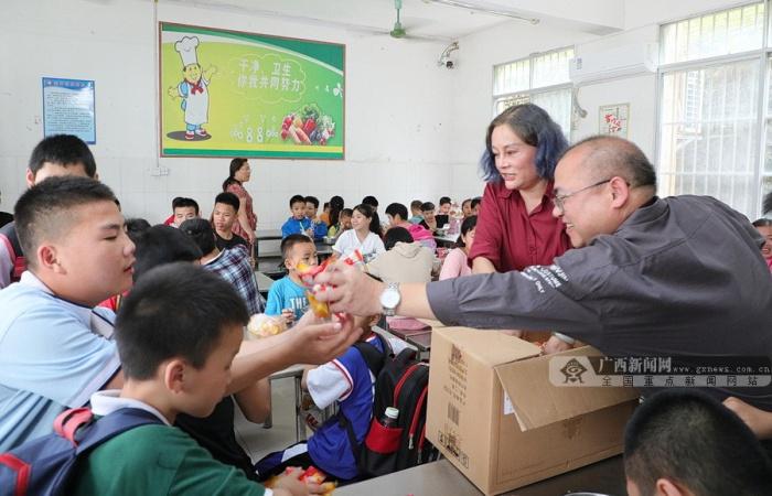 大化:文艺志愿者走进特教学校行善举献爱心