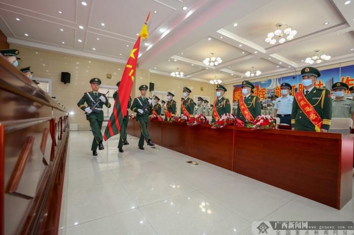 武警广西总队柳州支队举行转业干部向军旗告别仪式