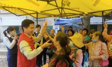 南宁市区联社为社区老人送上特殊的重阳节礼物