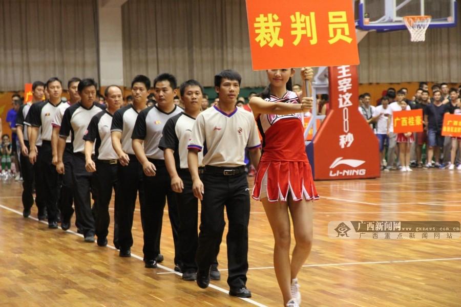"""第二届""""南宁农信杯""""男子篮球邀请赛队员入场"""