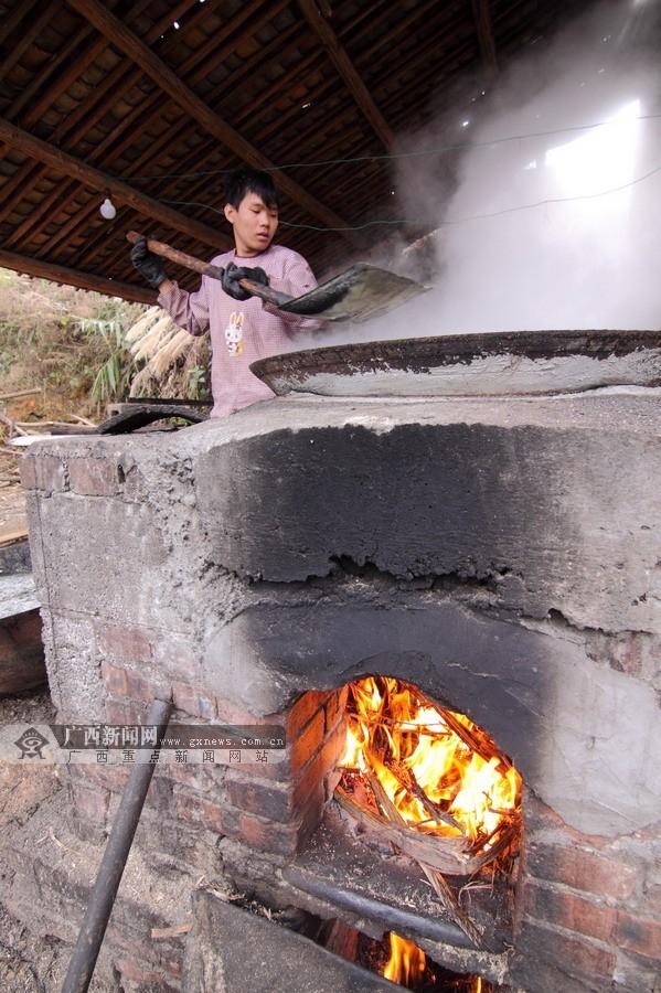 高清:隆林壮族群众赶制红糖迎新春
