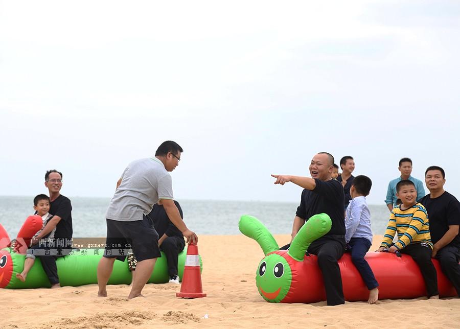 警爸萌娃海滩共享快乐时光
