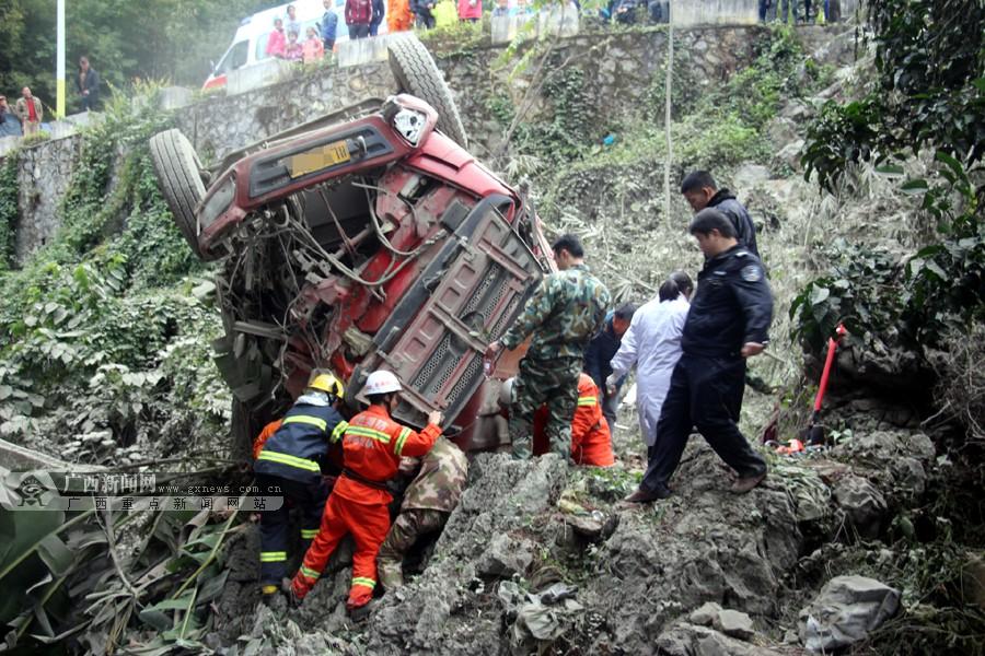 凤山:卡车翻下10米深坡底 消防火速救援(图)