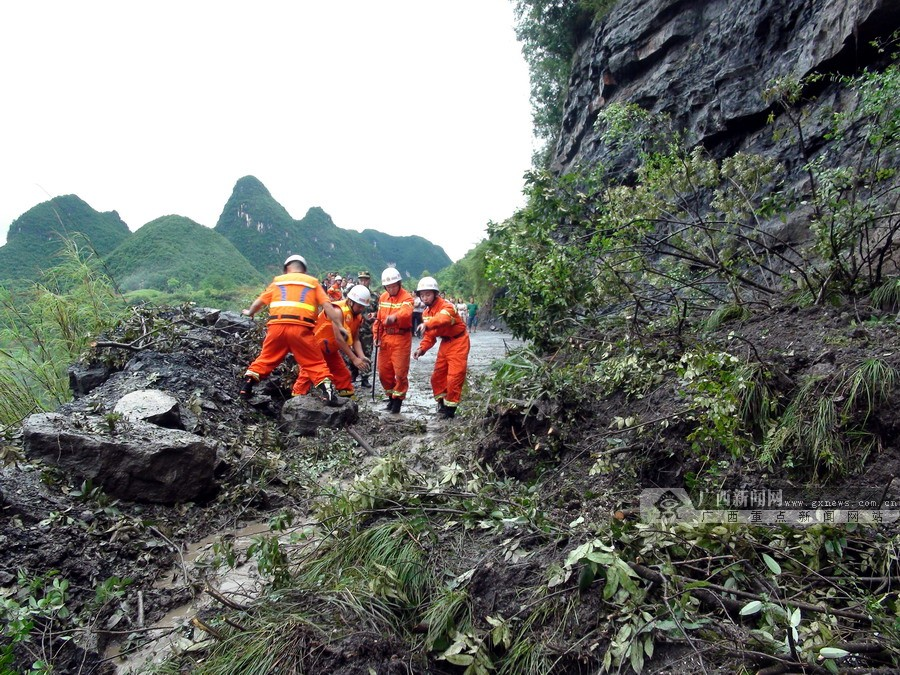 环江消防官兵连续奋战雨灾 疏散解救300余名群众