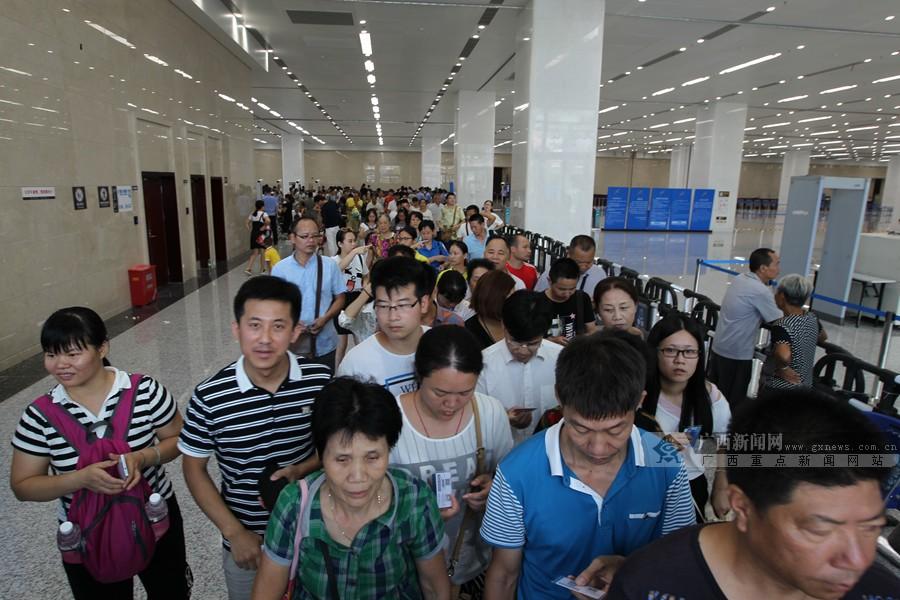 [高清]东博会公众开放日 欢乐市民满载而归