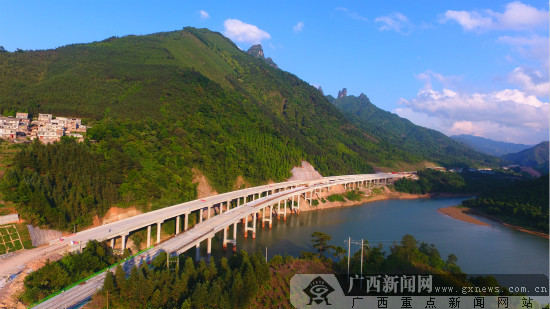 梧州至柳州高速公路枫木界1#大桥贯通