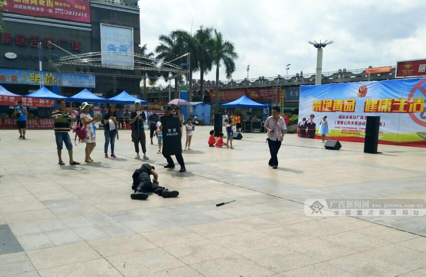 梧州市红豆社区_高清组图:梧州市万秀区民警开展禁毒宣传活动-广西新闻图集