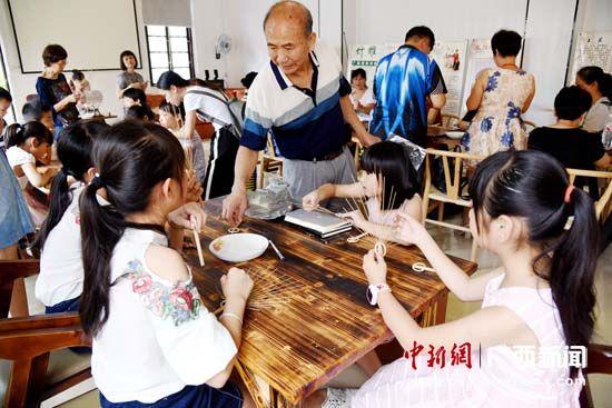 广西宜州:传习团扇技艺 传承文化遗产