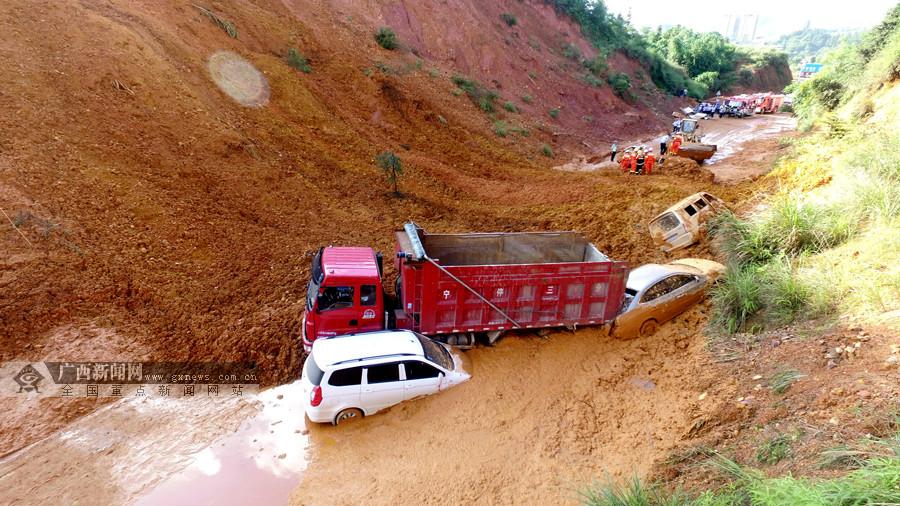 高清:柳州三江发生塌方致八车被困