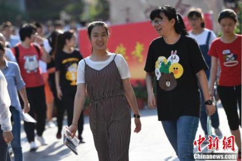 """恰同学少年 中国大学迎来""""00后"""""""