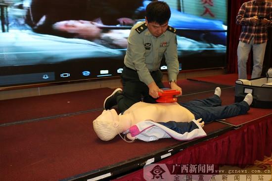 心肺复苏不按胸口按肚子 急救新技术将在广西推广