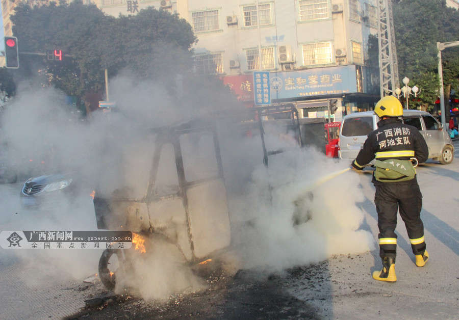 罗城:一辆三轮车行驶中起火 消防官兵及时扑灭