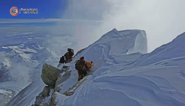 成功登顶珠穆朗玛峰