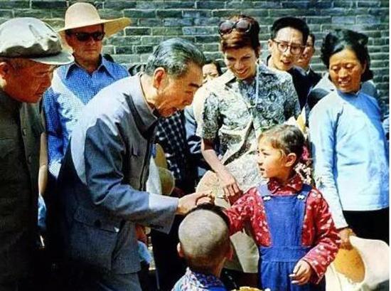 周总理逝世42周年 80张老照片纪念其传奇一生