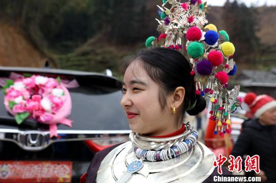 广西三江侗族新娘回门 送亲队伍挑酒肉同行