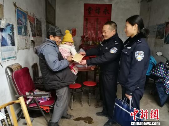民警为其家人送去爱心款 警方提供
