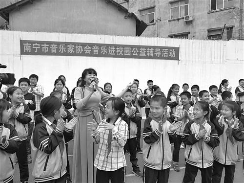 南宁市音乐家进校园播撒音乐种子