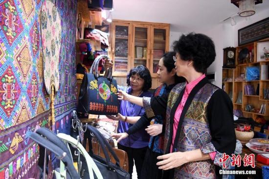 """广西壮锦传人:让古典艺术跟随社会潮流""""行走""""起来"""