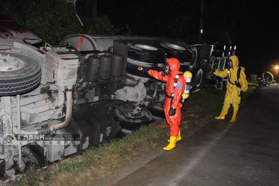 司机疲劳驾驶 满载31吨甲醇槽罐车侧翻泄漏(组图)