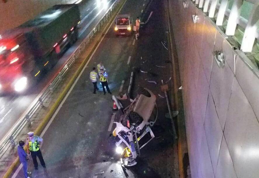 6月14日焦点图:南宁一轿车翻下青山立交 车身粉碎