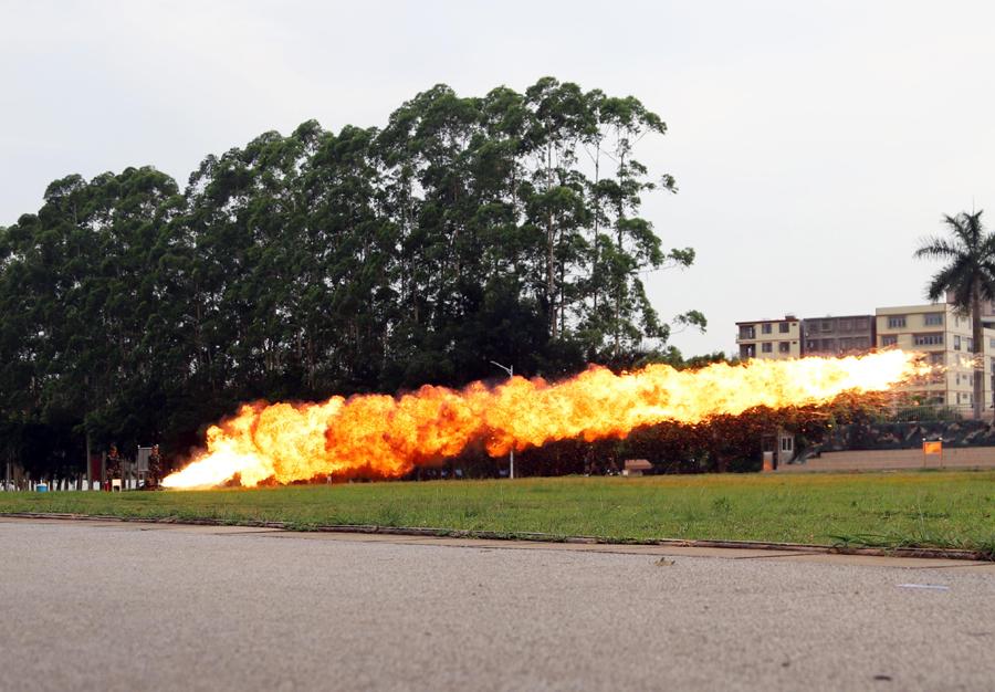 实拍武警防化分队喷火训练 火龙喷射而出场面震撼